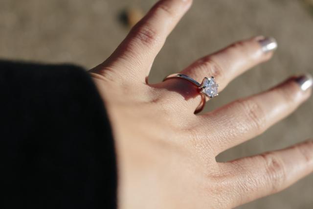 婚約指輪の美しさを保つ方法