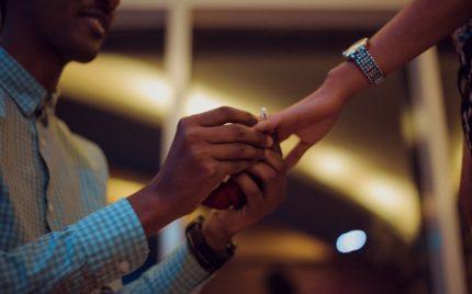 プロポーズに婚約指輪を渡すなら知ろう!準備にかかる期間