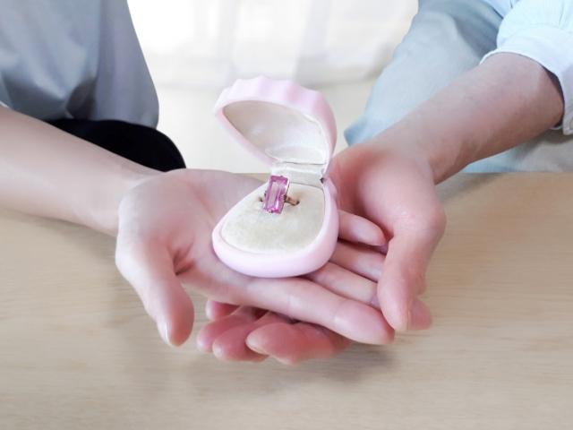贈られた婚約指輪に贈与税はかかるの?