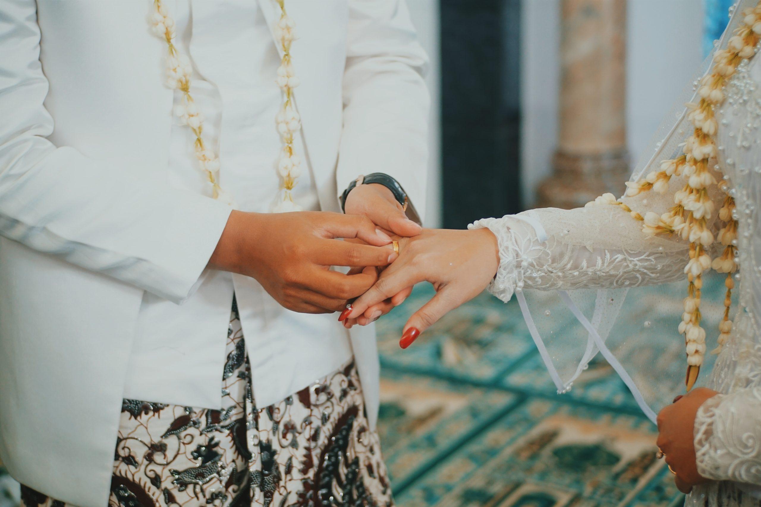 結婚指輪・婚約指輪をつける指はどこ?国によって違っていた