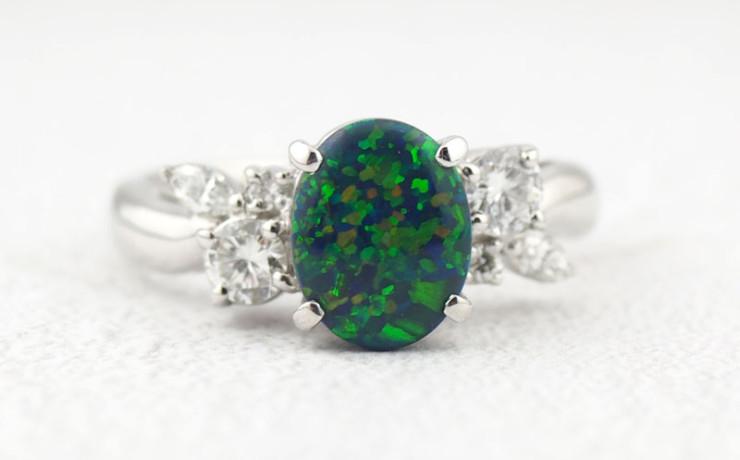 オパールとダイヤモンドの指輪