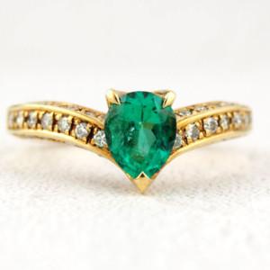 エメラルドとダイヤモンドの指輪