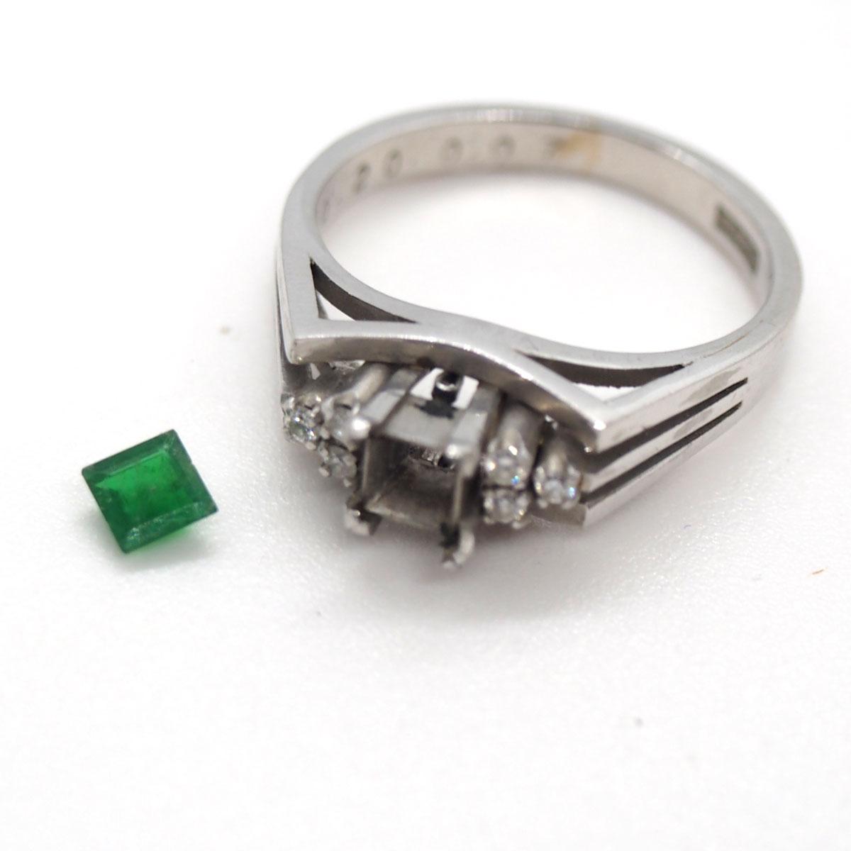 指輪から宝石を外します
